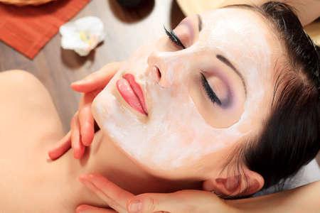 masajes faciales: Retrato de una mujer con máscara de spa en su rostro. Salud, medicina. Foto de archivo