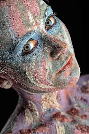 junge nackte mädchen: Portrait einer künstlerischen Frau mit Lehm bemalt. Shot in einem Studio.