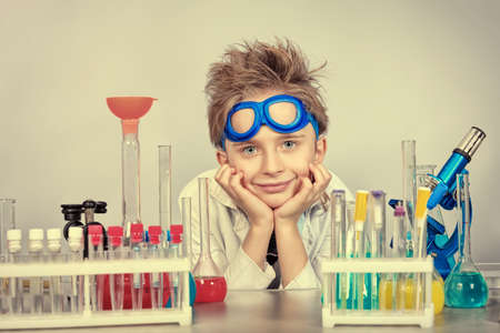 Little boy est� haciendo experimentos cient�ficos. Educaci�n. photo