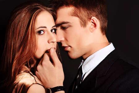 couple enlac�: Portrait d'un beau jeune couple embrassant avec passion. Studio photo.
