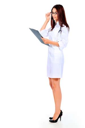investigador cientifico: Retrato de un m�dico joven y bella. Aislado sobre fondo blanco.