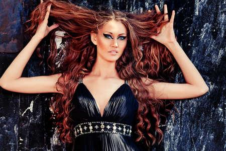brujas sexis: La bruja encantadora mujer en un campo.