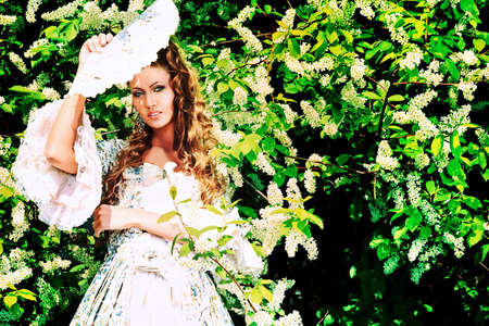 vestido medieval: Hermosa mujer joven en traje de época medieval en un día soleado al aire libre.