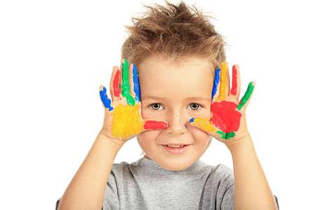 niños pintando: Retrato de un niño pequeño disfrutando de su pintura. Educación. Aislado sobre fondo blanco.