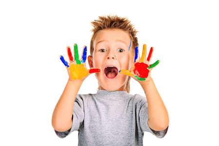 niños pintando: Retrato de un muchacho emocional, disfrutando de su pintura. Educación. Aislado sobre fondo blanco.