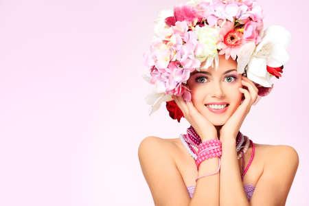 primavera: Retrato de una chica hermosa primavera con sombrero de flores. Estudio de disparo. Foto de archivo