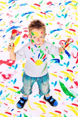 pintura en la cara: Retrato de un niño pequeño disfrutando de su pintura. Educación.