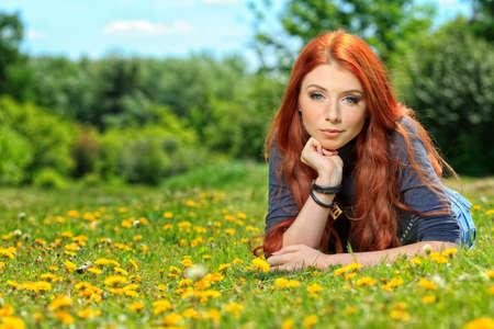 Mujer joven rom�ntico al aire libre en un d�a de verano. Foto de archivo - 13890572