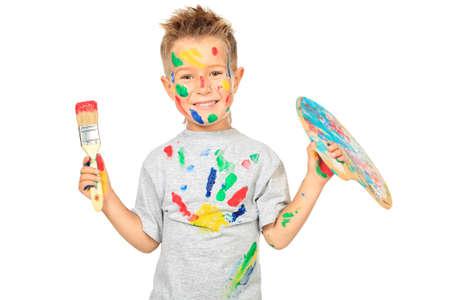 niños pintando: Retrato de un niño disfrutando de su pintura. Educación. Aislado sobre fondo blanco.