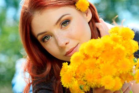 circlet: Ritratto di una giovane donna romantica in un cerchio di fiori all'aperto.