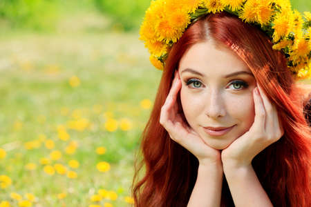 circlet: Romantic giovane donna in un cerchio di fiori all'aperto.