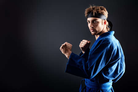 artes marciales: Luchador de artes marciales posando en el estudio. Foto de archivo