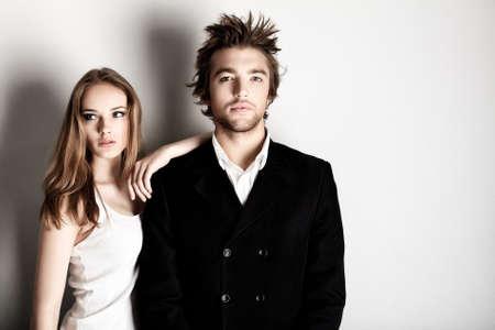 fashionable couple: Foto de una pareja de moda posando en el estudio.