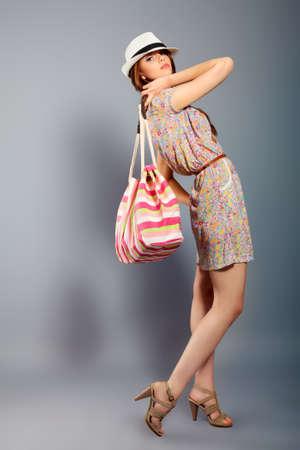 Colpo di una bella ragazza in stile estivo posa in studio. Archivio Fotografico