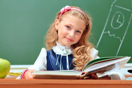 convivencia escolar: Retrato de una colegiala linda en un salón de clases.