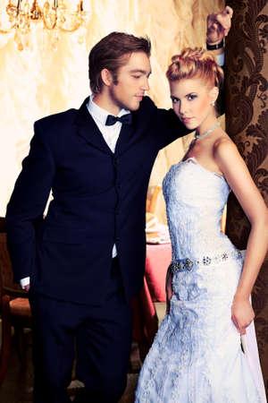 happy rich woman: Affascinante e sposa sposo il loro festa di nozze in un ristorante di lusso.