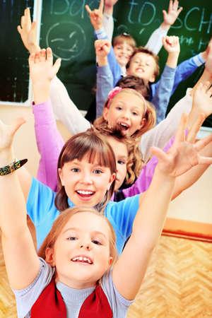 niÑos contentos: Escolares felices en un salón de clases. Educación.