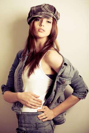 mujeres fashion: Disparo de una atractiva chica de moda posando en estudio.