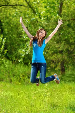 vida natural: Adolescente feliz niña de verano, saltando al aire libre.