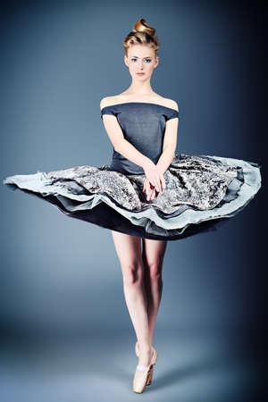 maquillaje de fantasia: Hermosa bailarina posando en el estudio. Foto de archivo