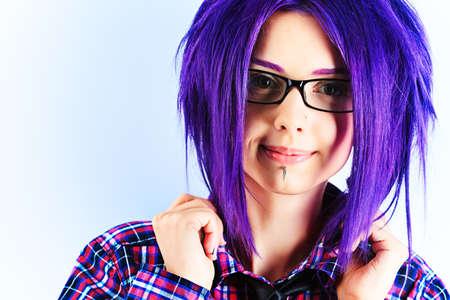 tinte cabello: Retrato de una chica punk con el pelo morado.