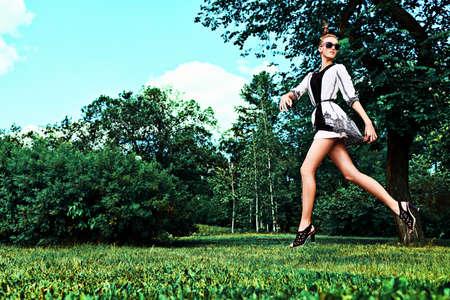 패션 여자 여름 공원에서 실행.