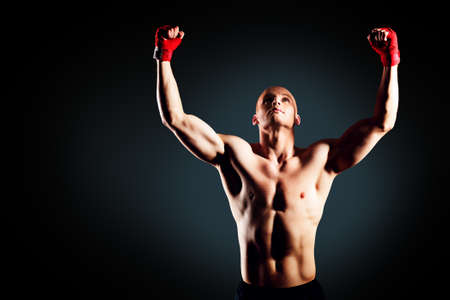 boxeador: Retrato de un boxeador campeón disfrutando de su victoria. Estudio de disparo. Foto de archivo