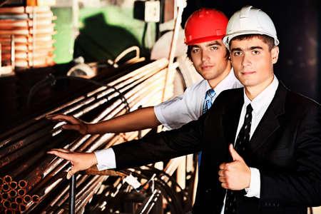 ingenieria industrial: Industrial tema: dos collares azules en un �rea de fabricaci�n. Foto de archivo