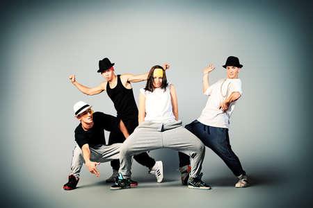 chicas bailando: Grupo de bailarines de danza moderna de baile de hip-hop en el estudio. Foto de archivo