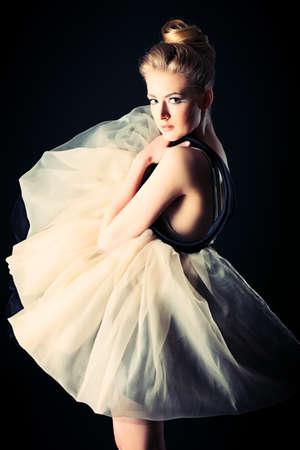 bailarina ballet: Hermosa bailarina posando en el estudio. Foto de archivo
