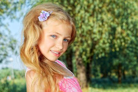 colegiala: Retrato al aire libre de una muchacha linda sonrisa. Foto de archivo