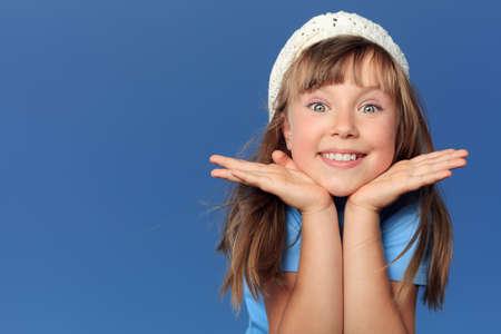niños felices: Retrato de una niña alegre sobre el cielo azul. Foto de archivo