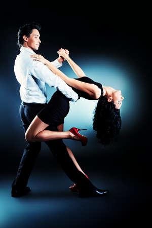 pareja bailando: Hermosa pareja de artistas profesionales bailan danza apasionada. Foto de archivo