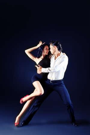 gente bailando: Hermosa pareja de artistas profesionales bailan danza apasionada. Foto de archivo