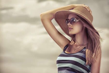 mooie vrouwen: Happy jonge vrouw poseren over blauwe hemel. Stockfoto