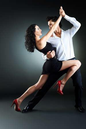 tanieć: Piękna para zawodowych artystów tańczących namiętny taniec.