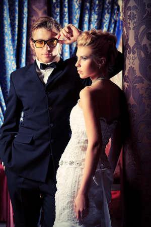 Charmante épouse et marié sur leur célébration de mariage dans un restaurant de luxe. Banque d'images - 15224242