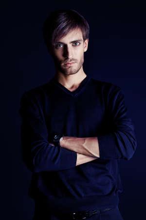 Portrait d'un bel homme sur fond noir. Banque d'images - 15333134