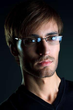 Portret van een knappe man op zwarte achtergrond. Stockfoto