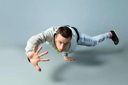 bailarin hombre: Joven de moda bailando hip-hop en el estudio.