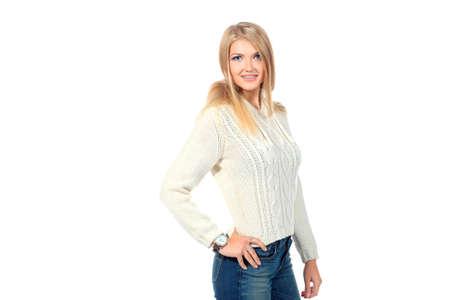 fille pull: Portrait d'une jolie fille blonde en pull-over chaud. Isol� sur fond blanc.