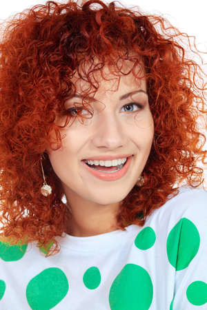 pelirrojas: Retrato de una mujer joven riendo con hermoso pelo rizado de color rojo.