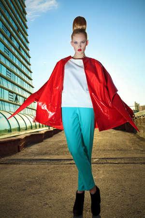 estilo urbano: Retrato de cuerpo entero de una modelo posando sobre fondo gran ciudad. Foto de archivo