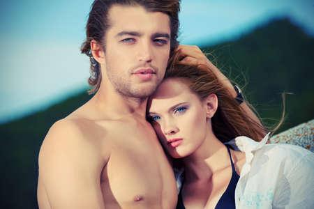 Hermosa pareja de j�venes enamorados que tiene vacaciones en el mar. Foto de archivo