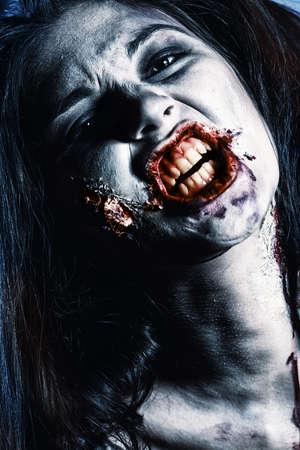 satanas: Close-up retrato de un zombi sanguinario gnarling. Foto de archivo