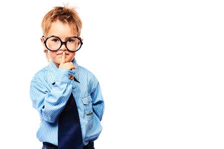 Retrato de un niño pequeño serio con gafas y traje. Aislado sobre fondo blanco. Foto de archivo