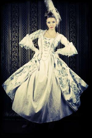 maquillaje de fantasia: Retrato de la mujer elegante en traje de época medieval.