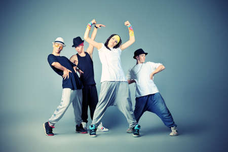baile hip hop: Grupo de bailarines de danza moderna bailando hip-hop en el estudio. Foto de archivo