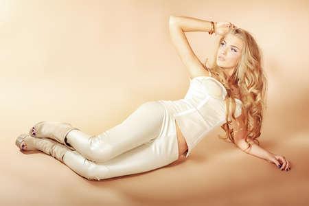 corsetto: Ritratto di una bella donna bionda.