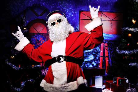 Santa Claus is luisteren naar muziek in de koptelefoon. Kerst.